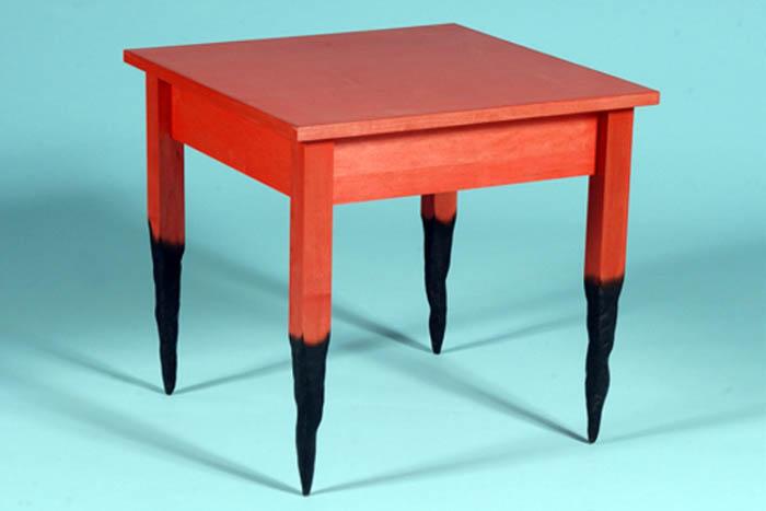 Стол с имитацией обугленных ножек
